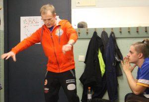 Valmentaja Markku Korhonen kertoo pelitaktiikkaa mietteliäälle Henkalle.
